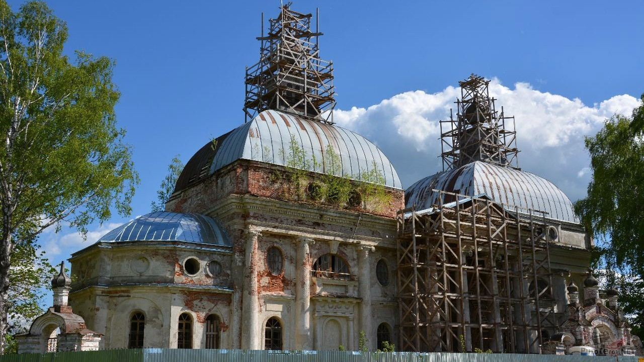 Строительные леса на фасаде реставрируемого храма