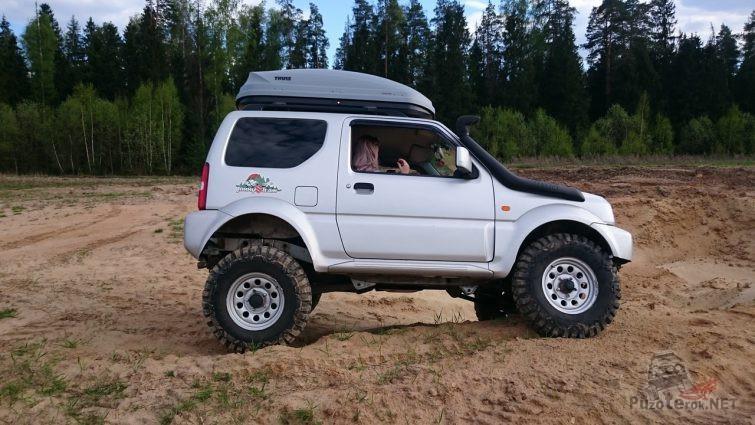 Suzuki Jimny со шноркелем на песке