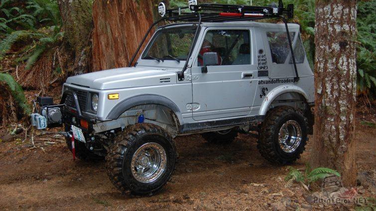 Suzuki Jimny в лесу на бездорожье