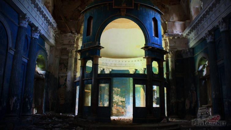 Свет из купола освещает руины