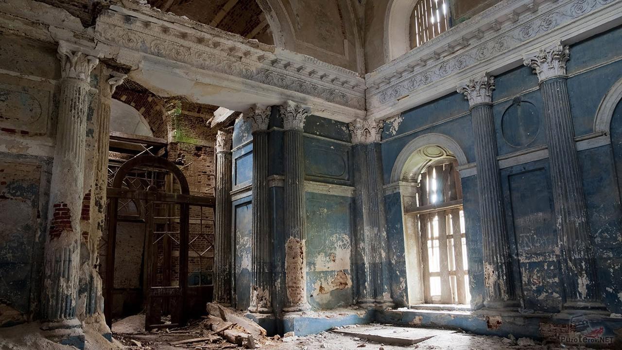 Свет в окне освещает интерьер заброшенного храма