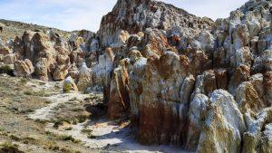 Тропинка у подножья пёстрых скал