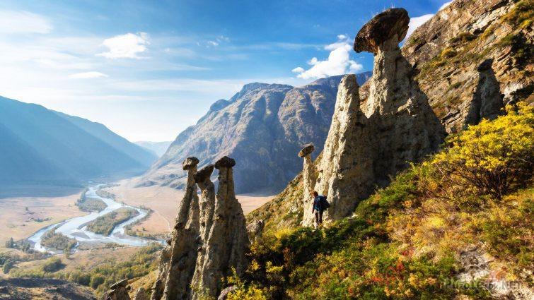 Турист на панораме Алтая