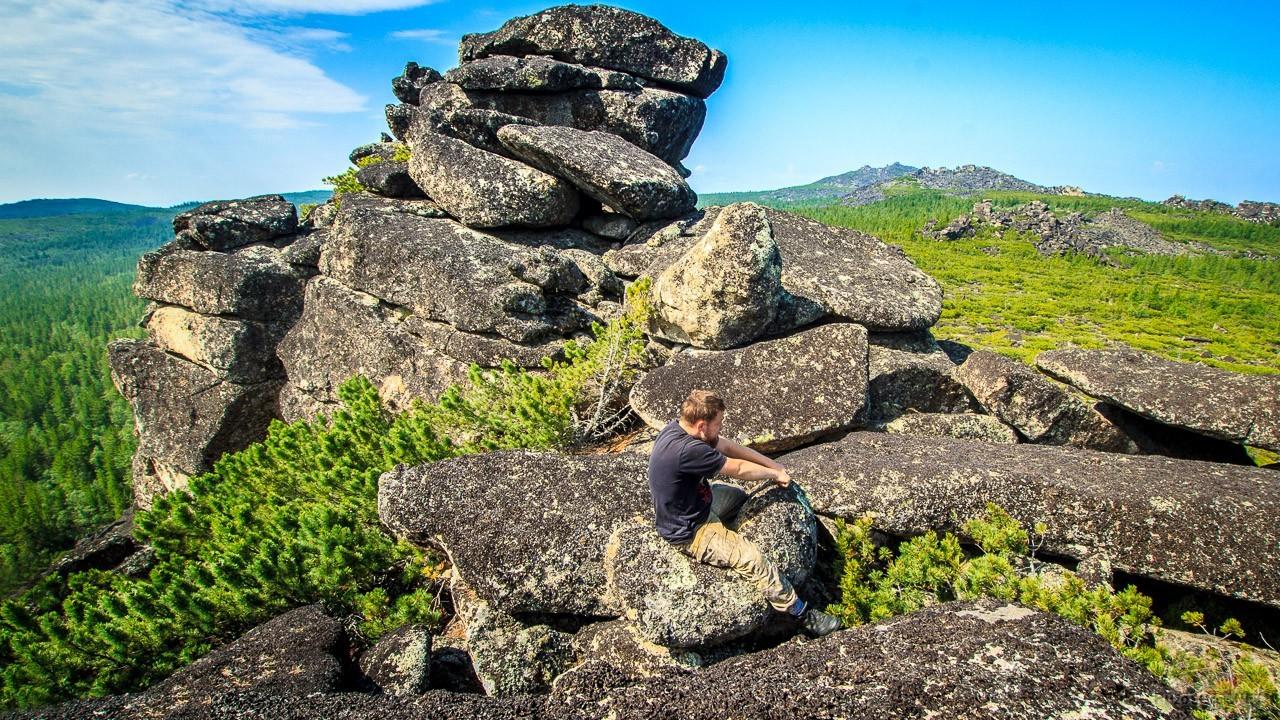 Турист оседлал скалу