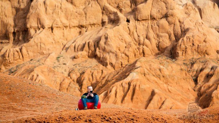 Турист в надувном кресле у подножья Красных Гор