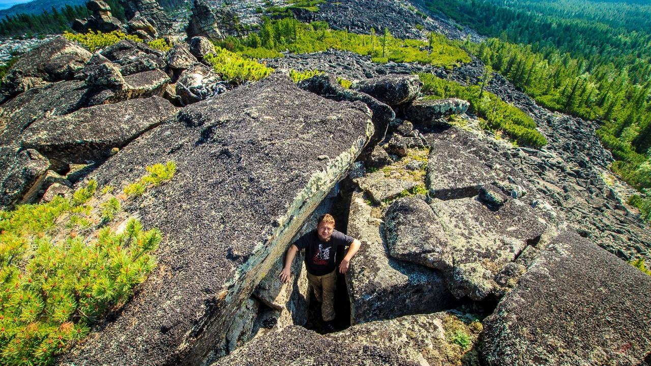 Турист в разломе между скал