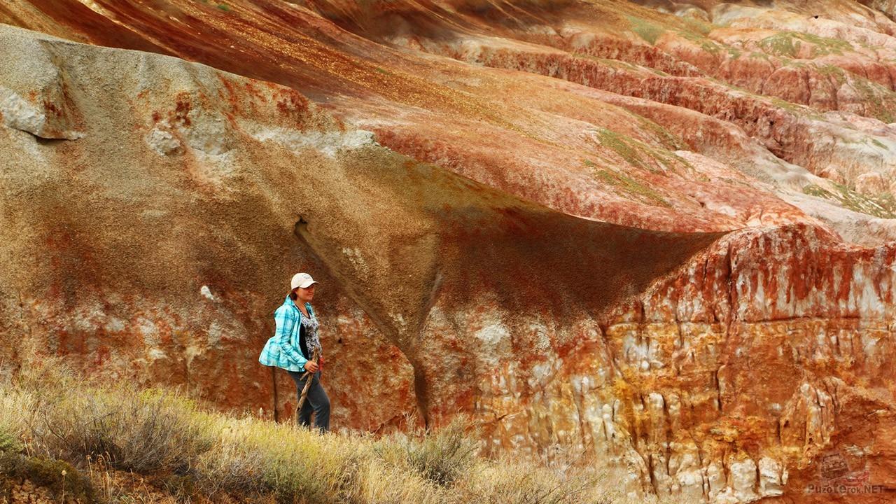 Туристка среди марсианских скал