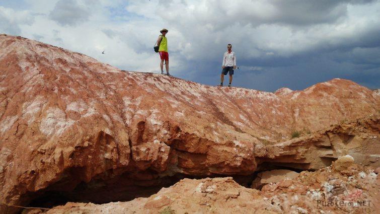 Туристы на глиняной сопке