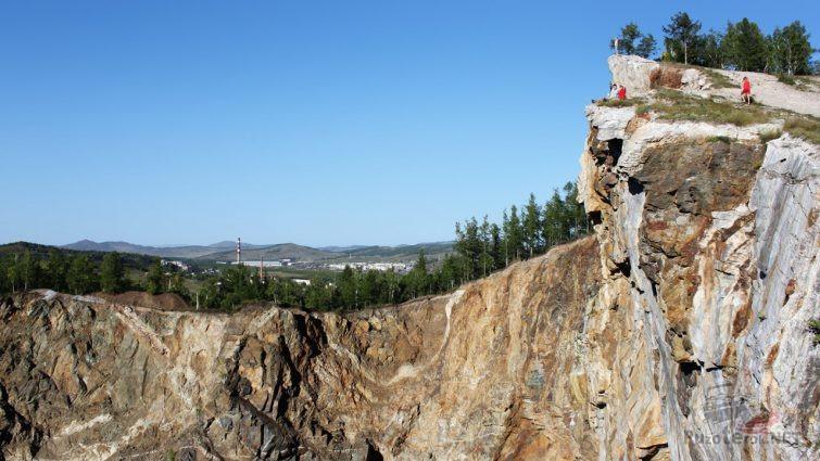 Туристы на вершине скалы