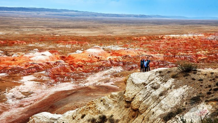 Туристы над застывшей рекой