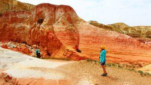 Туристы среди оранжевых скал