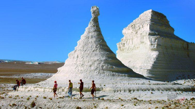 Туристы у меловых останцев