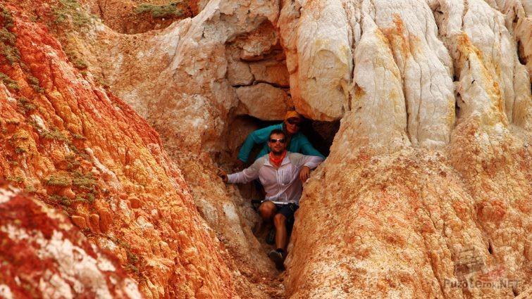 Туристы в красочной расщелине