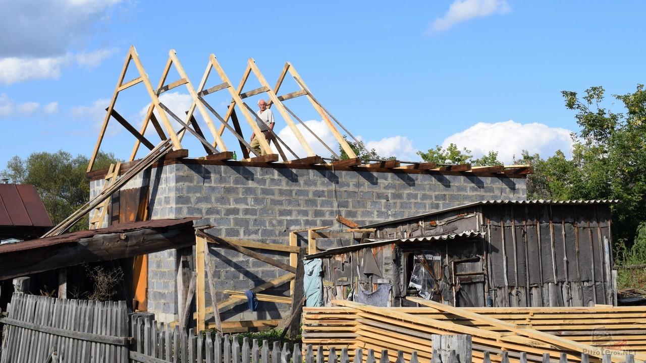 Установка стропильной системы на крыше гаража
