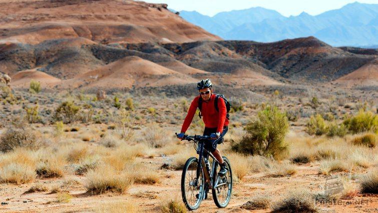 Велосипедист в степи у подножья гор Богуты