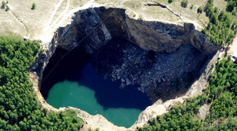 Вид сверху на озеро в провале