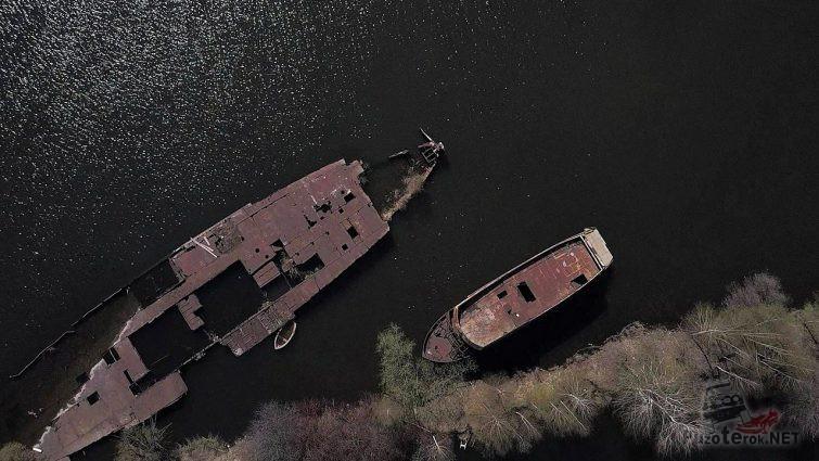 Вид сверху на погибшие корабли