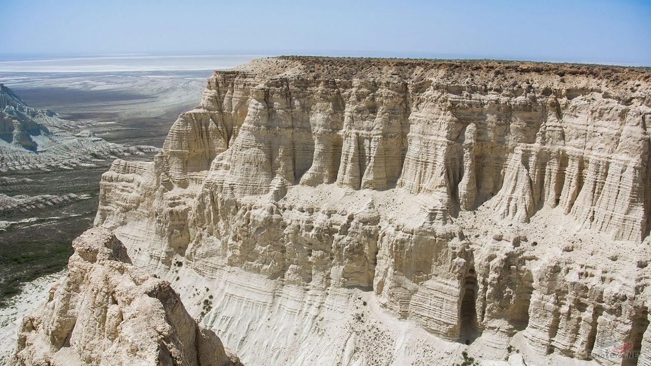 Вид сверху на скалы Актолагая