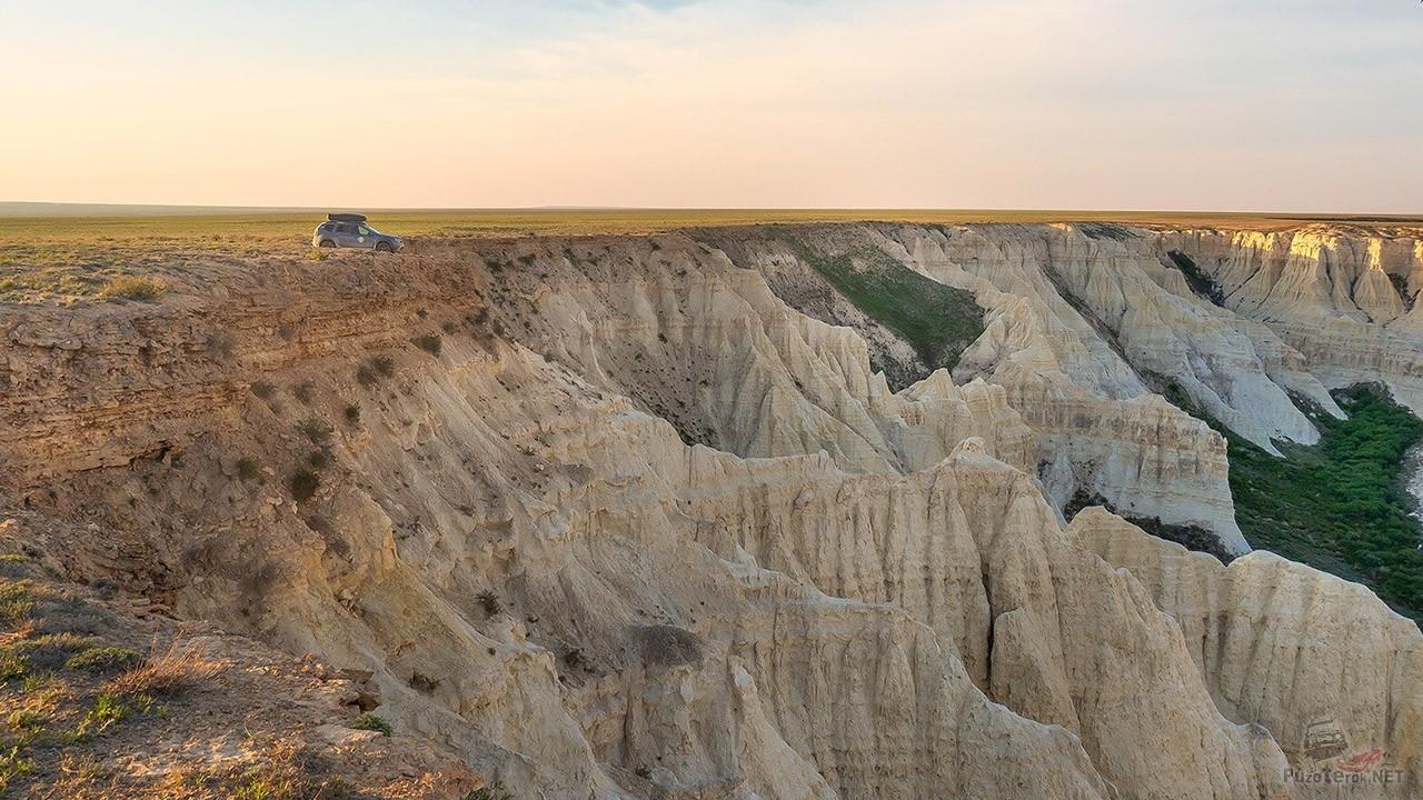 Внедорожник на вершине плато