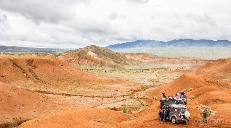 Внедорожники на панораме Красных гор
