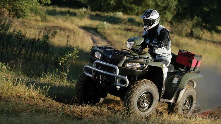 Водитель в каске на квадроцикле KingQuad 700