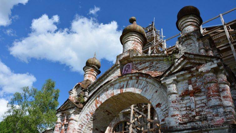 Ворота церкви с иконой Казанской Божьей Матери
