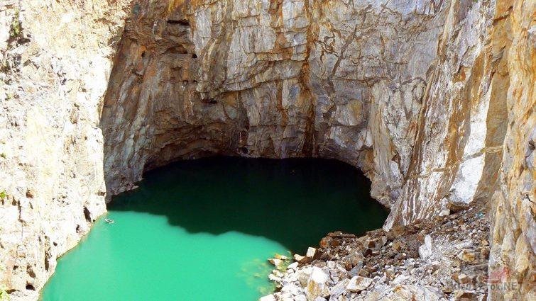 Ярко-бирюзовая вода озера