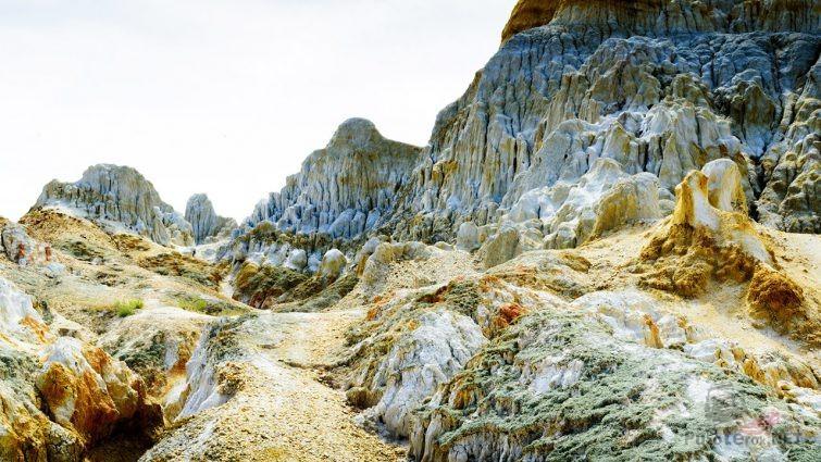 Живописные пёстроцветные глинистые скалы