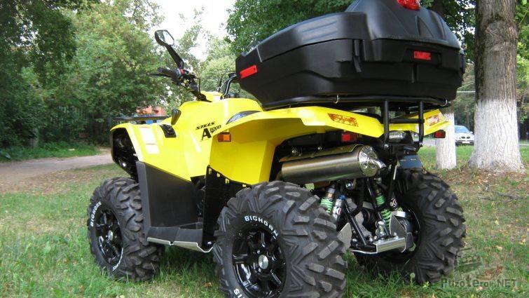 Жёлтый квадроцикл ATV 800 d на траве