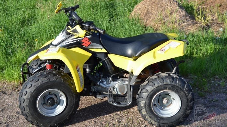 Жёлтый квадроцикл возле травы