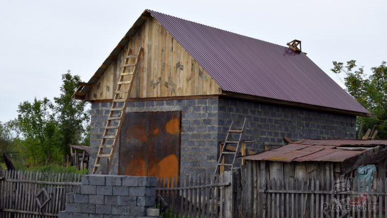 Зашитый досками фронтон гаража