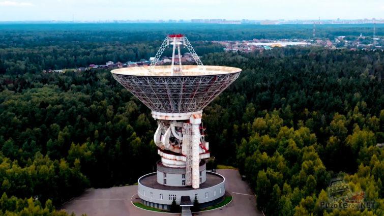 Антенна радиотелескопа над территорией ЦКС ОКБ МЭИ