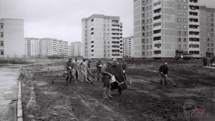 Архивное фото ликвидаторов на дезактивационных работах, 1986 год