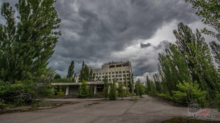 Джунгли вокруг брошенного отеля