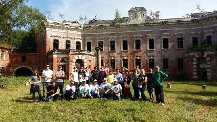 Группа туристов на территории имения Орлова