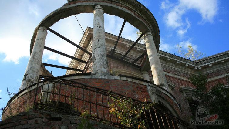 Колонны и лестница балкона-ротонды