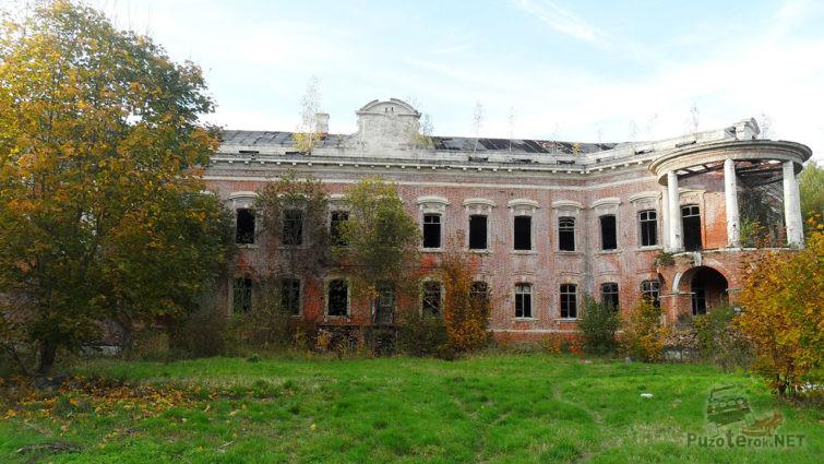 Осенний парк вокруг главного дома