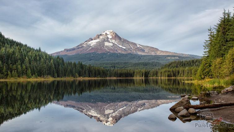 Отражение горы и леса в воде