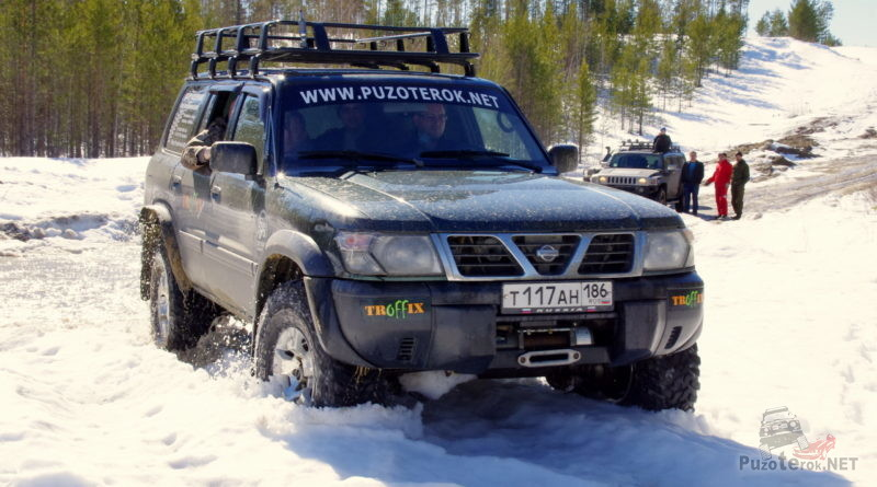 Патрол едет по снегу