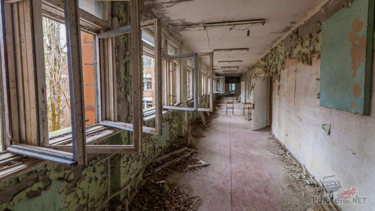 Пустынный школьный коридор