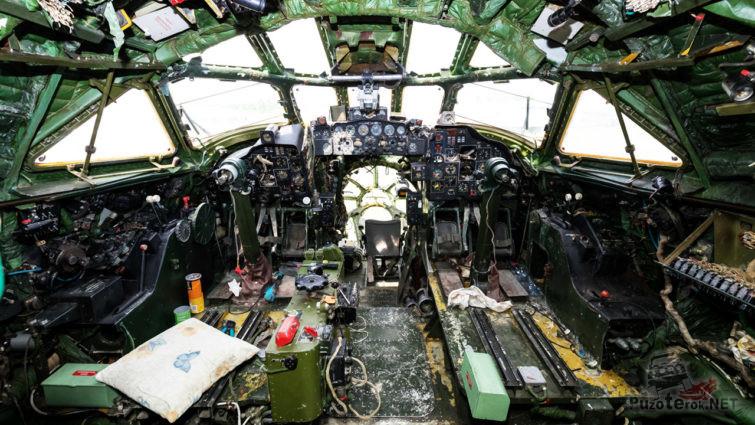 Разорённая кабина истребителя