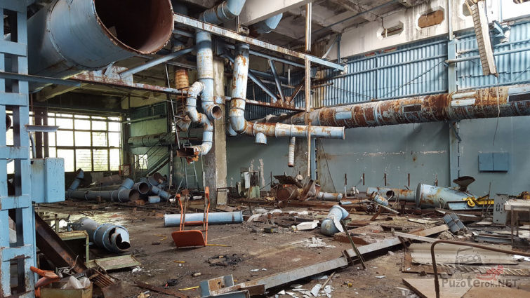 Разрушенный временем цех завода Юпитер