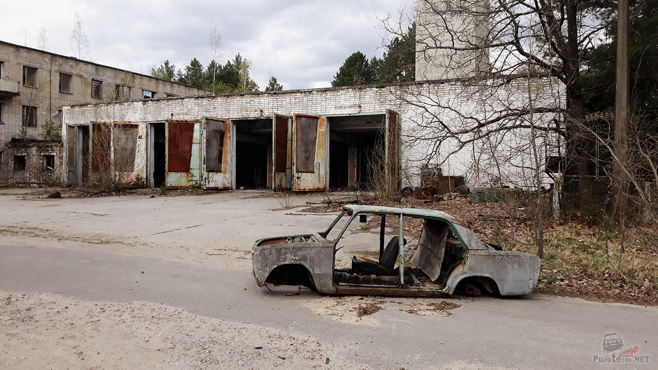 Скелет брошенного авто у бывшей пожарной части