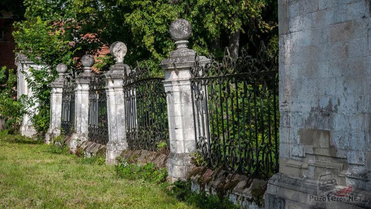 Сохранившаяся ограда парка