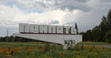 Стела Припять в цветущем поле