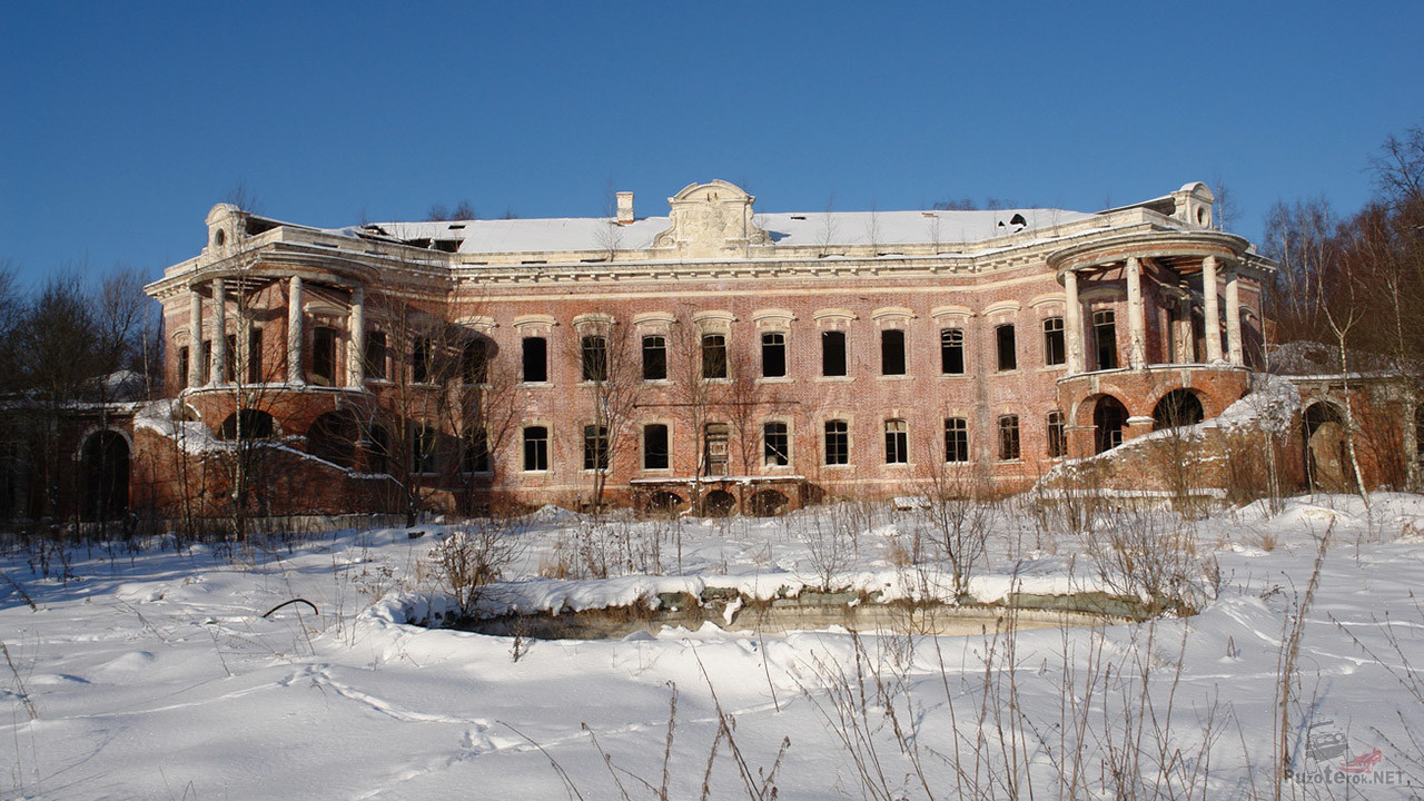 Сугробы перед дворцом Орлова в Семёновском