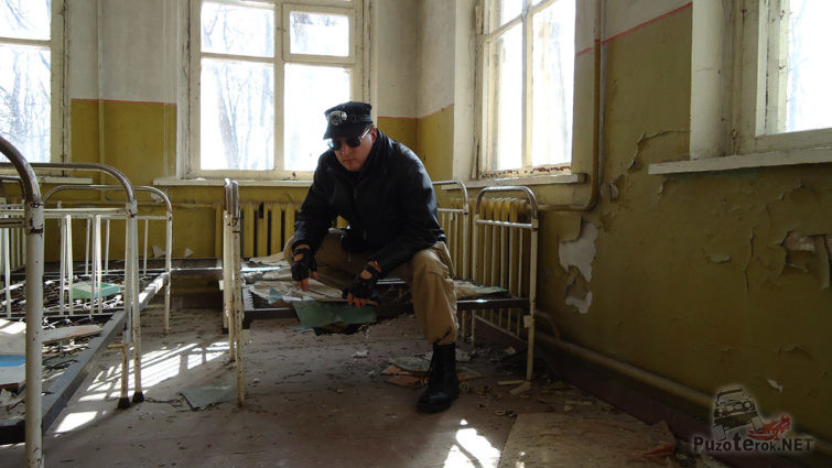 Турист-сталкер в заброшенном детском саду
