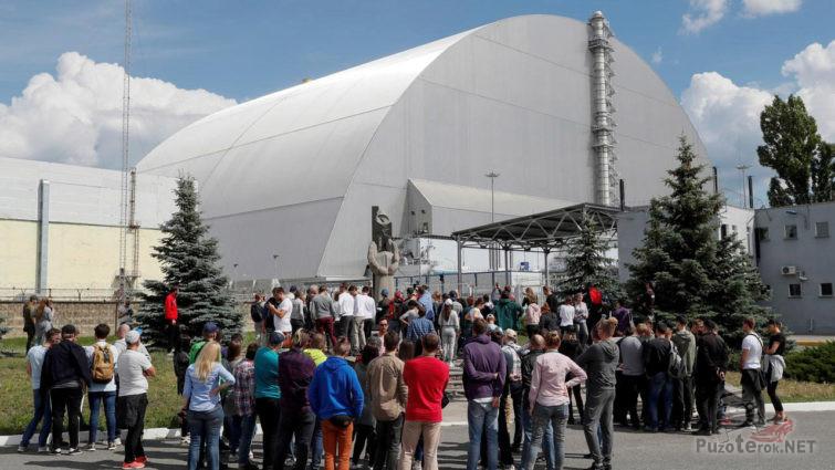 Туристы и журналисты у нового саркофага ЧАЭС
