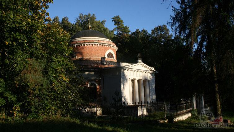 Усыпальница в парке усадьбы графа Орлова