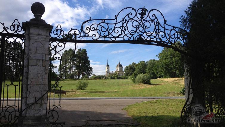 Вид на Никольскую церковь от главных ворот усадьбы